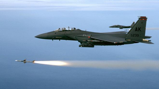 Hai chiếc F-15E phóng tên lửa AIM-7M trong quá trình huấn luyện