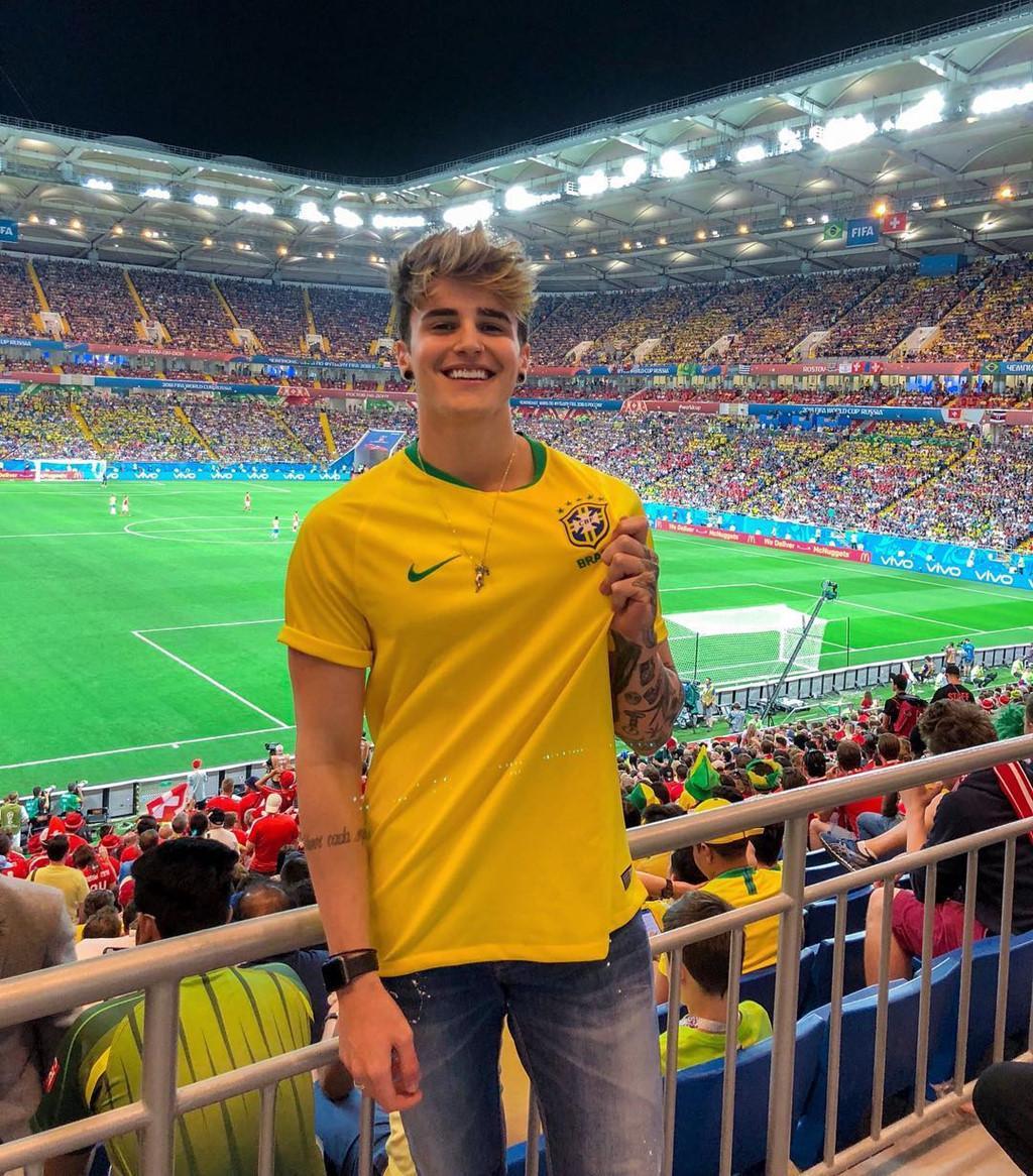 Alex Mapeli là DJ, người mẫu nổi tiếng trên mạng xã hội với hơn 4,3 triệu fan. Hot boy 20 tuổi đang có mặt ở Nga để cổ vũ cho đội tuyển Brazil tại World Cup 2018.