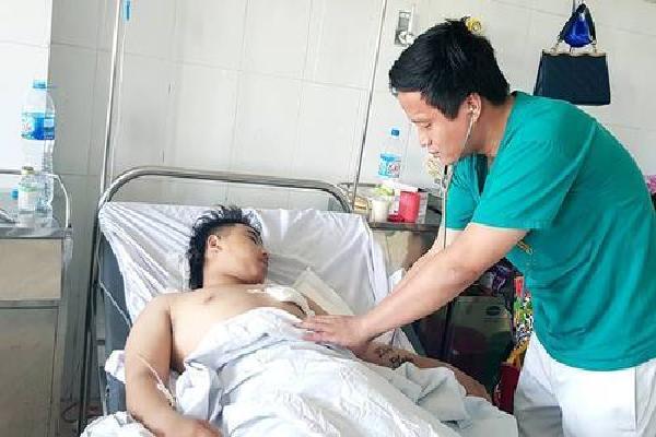 Kíp cấp cứu vừa chạy vừa đẩy người bị đâm thấu tim vào phòng mổ