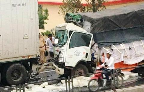 Cú tông mạnh khiến phụ xe tải tử vong ngay trong cabin.