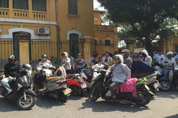 Hà Nội: Phụ huynh 'đội nắng'sốt ruột chờ con thi
