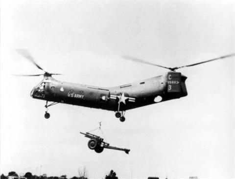 Trực thăng vận tải CH-21C cẩu lựu pháo 105 mm