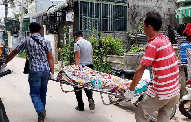 Cảnh sát đưa thi thể nạn nhân về nhà xác. Ảnh: Thuận Lâm.