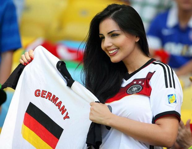 Người hâm mộ nữ Đức được biết đến với sự phong cách, thẳng thắn. Các nhà đương kim vô địch sẽ rất được chờ đợi và sự tiếp sức từ khán giả nhà là điều không thể thiếu.