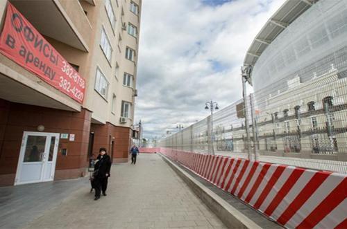 Tòa chung cư 27 đường Krylova Street nằm sát sân Ekaterinburg, nên người dân phải đối mặt với nhiều biện pháp kiểm soát an ninh gây bất tiện trong sinh hoạt thường ngày. Ảnh: Reuters