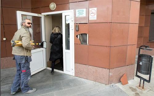 Dân cư ra vào tòa chung cư 27 đường KrylovaDa cho hay họ đã bị kiểm tra danh tính suốt nhiều tháng nay. Ảnh: Reuters