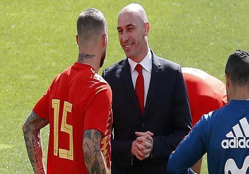Sergio Ramos au da voi chu tich LDBD Tay Ban Nha, Pique phai can ngan hinh anh 1