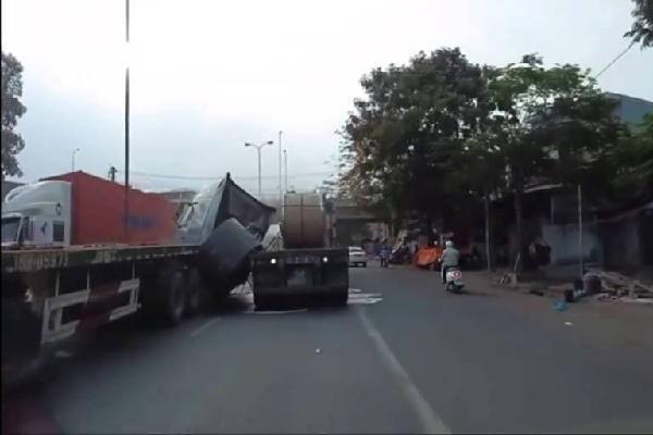 60 tấn thép đè nát đầu xe container trên quốc lộ 5