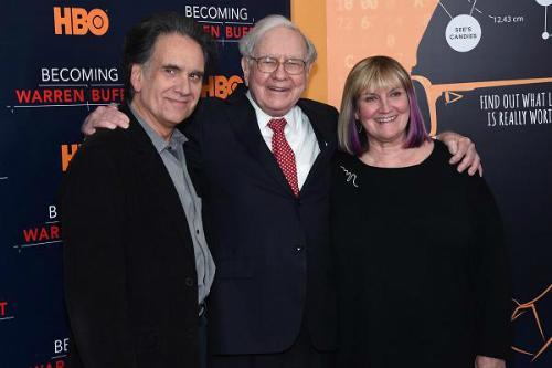 Warren Buffett chụp với hai người con Peter Buffet và Susie Buffett. Ảnh: Jamie McCarthy