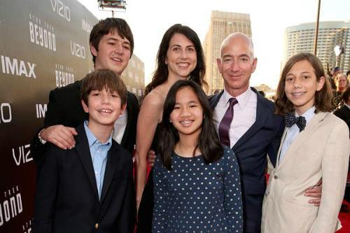 Gia đình Jeff Bezos chụp ảnh cùng nhau năm 2016: Ảnh: Todd Williamson
