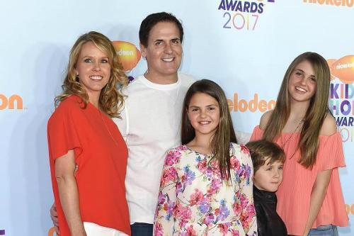 Gia đình Mark Cuban chụp ảnh chung năm 2017. Ảnh: Bauer-Griffin