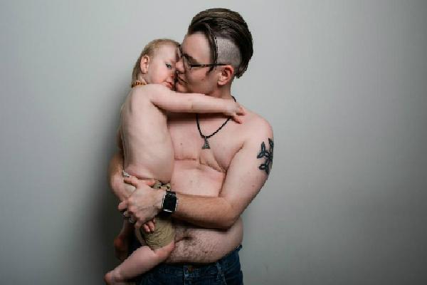 Người đàn ông tự sinh nở và cho con bú