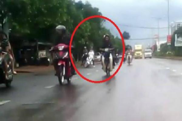 Cô gái ngã trước xe container vì chạy xe máy nghe điện thoại