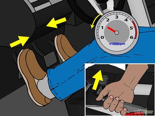 Từ từ nhả dần chân côn (không nhả nhanh và hết cỡ sẽ dẫn tới chết máy), đồng thời chân phải chuyển sang chân ga, nhả chân côn tới khi xe bắt đầu di chuyển. Nếu quên chưa nhả tay phanh thì phải nhả tại thời điểm này.