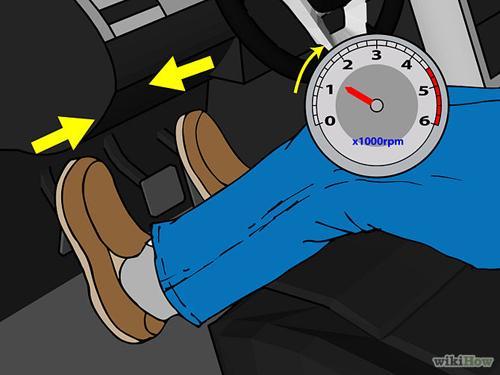 Nhấn chân ga nhưng ở mức độ nhẹ nhàng để vòng tua máy vượt qua chế độ chạy không tải đôi chút.