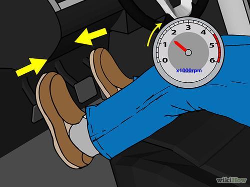 Tiếp tục nhả chân côn, đồng thời đạp thêm ga một cách nhẹ nhàng, mức độ vừa phải.