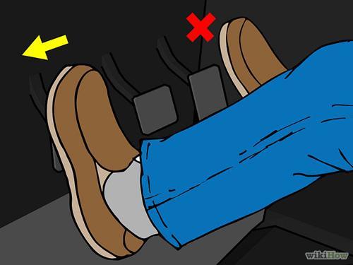 . Bắt đầu quá trình lên số bằng cách giải phóng chân ga, đạp hết chân côn. Chú ý đạp hết chân côn để tách côn hoàn toàn nếu không sẽ gây hư hại hộp số khi chuyển số.