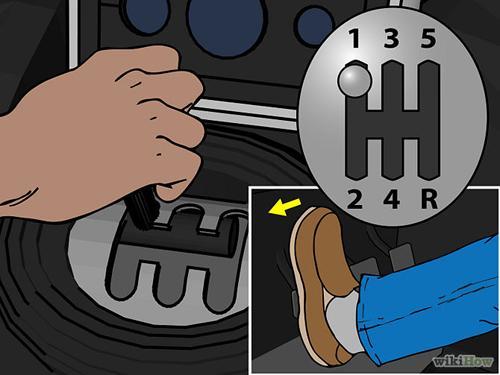 Với chân trái đạp hết côn, tay phải đẩy cần số lên vị trí số 1.