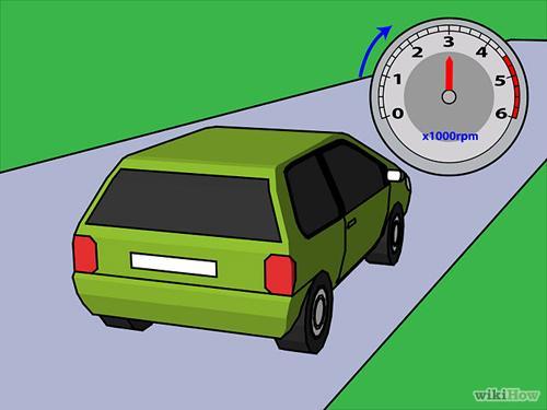 Xác định thời điểm lên số. Thông thường thời điểm lên số là khi vòng tua máy lớn khiến lái xe cảm thấy máy hơi gằn, tiếng ống xả to hơn bình thường. Nhưng nếu đang lên dốc hoặc muốn tăng tốc nhanh, thời điểm chuyển số nên muộn hơn để tận dụng lực kéo lớn ở số thấp.