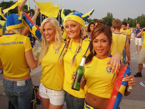 Thiếu vắng ngôi sao đình đám Zlatan Ibrahimovic nhưng Thụy Điển sẽ không thiếu đi sự thu hút khi sở hữu rất nhiều cổ động viên nữ xinh đẹp. Ngoài những đường bóng trên sân, khi theo dõi Thụy Điển thi đấu, bạn không thể rời mắt trước các nữ khán giả bốc lửa.