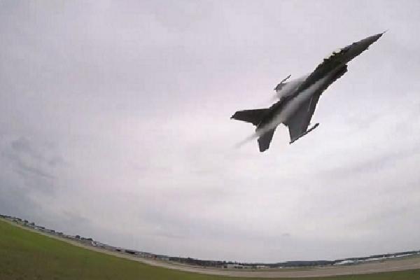 Tiêm kích F-16 Mỹ chao cánh lướt qua đầu người xem