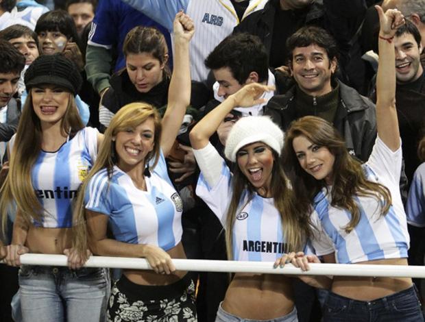 Người hâm mộ bóng đá Argentina luôn được biết đến với những bài hát, điệu nhảy không lẫn vào đâu. Messi và đồng đội sẽ có sự tiếp sức mạnh mẽ từ những người đẹp trên khán đài cho giấc mơ lên ngôi vô địch.
