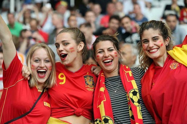 Vẻ đẹp rạng ngời của cổ động viên nữ đến từ Tây Ban Nha. Bấp chấp phong độ kém cỏi 4 năm về trước, những người yêu mến vẫn luôn tin tưởng Ramos và đồng đội sẽ tìm lại ánh hào quang, như từng làm được tại Euro 2008, World Cup 2010.