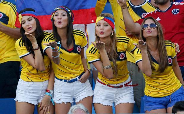 Nụ cười đẹp, mái tóc đen, đường cong hoàn hảo, người ta không thể đòi hỏi hơn ở những nữ cổ động viên đến từ Colombia. Luôn được biết đến với phong độ của một chú ngựa ô, ngoài ra, sức hấp dẫn của đội tuyển Colombia còn ở trên khán đài.