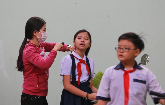 Phụ huynh Sài Gòn động viên con trước cuộc đua vào lớp 6 trường chuyên