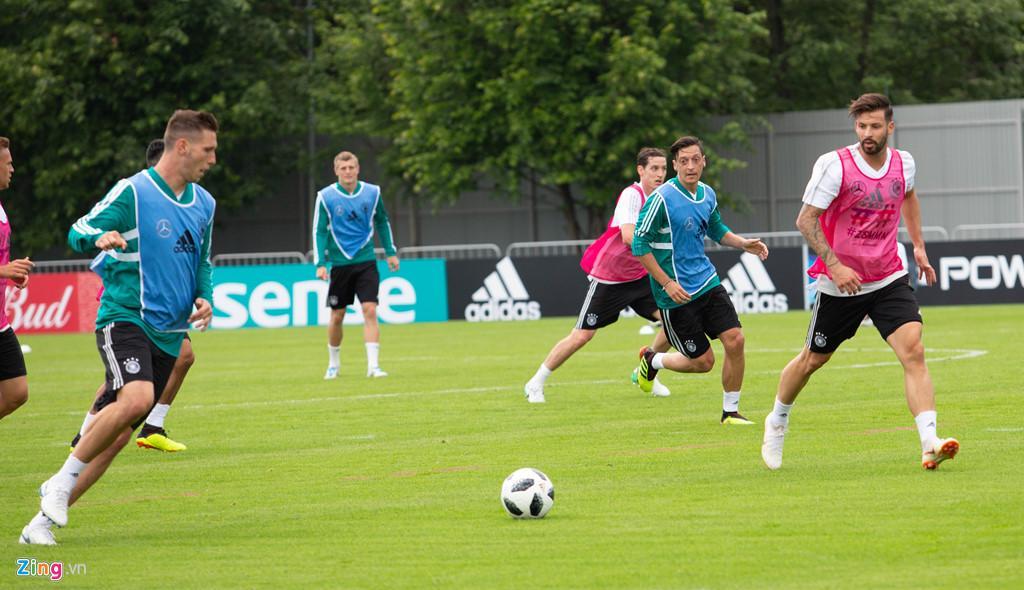 """Mesut Ozil trên sân tập tại Moscow. Tiền vệ 30 tuổi này đang là linh hồn trong lối chơi của tuyển Đức. Dù không phải cầu thủ có sức mạnh, nhưng anh được biết đến với lối đá biến hóa, có thể làm mềm hóa """"cỗ xe tăng thép""""."""