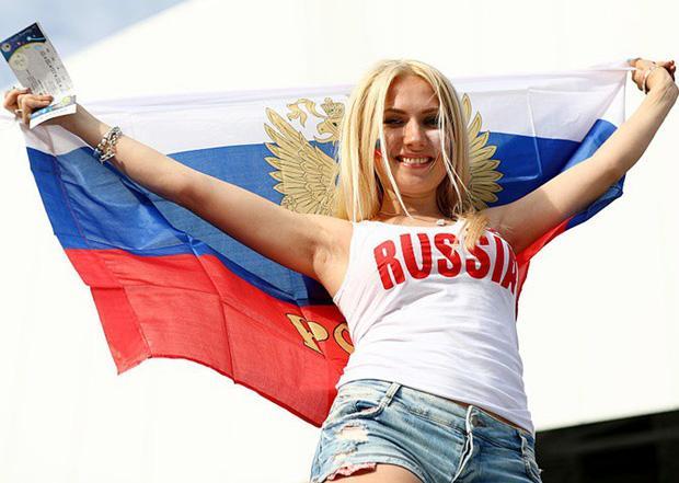 Vẻ đẹp không thể cưỡng lại của cổ động viên nữ Nga khiến cho giải đấu được tổ chức trên đất nước này rất đáng chờ đợi. Người hâm mộ Nga kỳ vọng, đội tuyển quốc gia nước này sẽ không phụ lòng mong đợi, thi đấu bùng nổ.