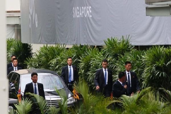 Vệ sĩ Triều Tiên chạy theo vây kín xe chở Kim Jong-un ở Singapore