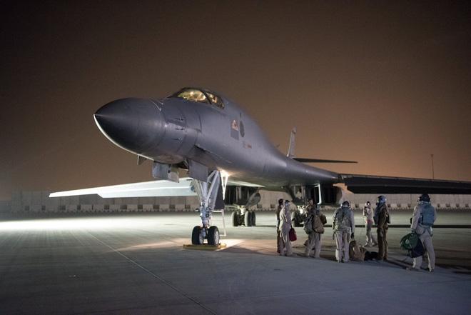 Máy bay ném bom B-1 Lancer chuẩn bị cất cánh phóng tên lửa hành trình JASSM tấn công Syria đêm 13/4/2018