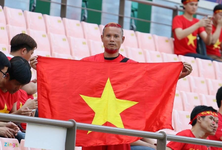 Anh Tiến khi cổ vũ cho đội Việt Nam.