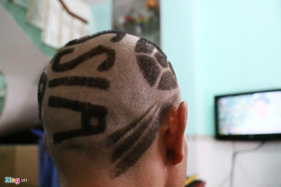 Cận cảnh mái tóc đặc biệt của CĐV Lê Anh Tiến. Ảnh: Quang Thịnh.