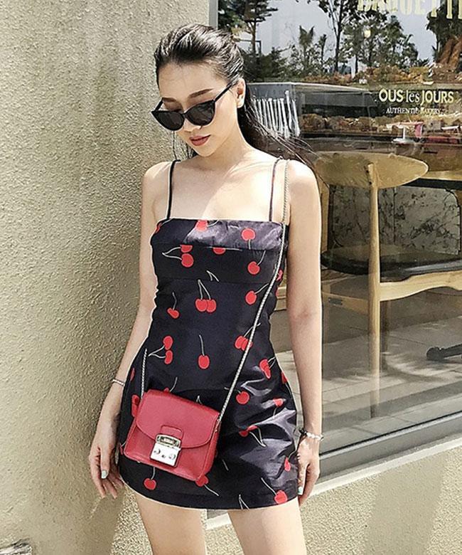 Những trái cherry đỏ mọng là điểm nhấn giúp bộ váy mùa hè thêm phần nổi bật.