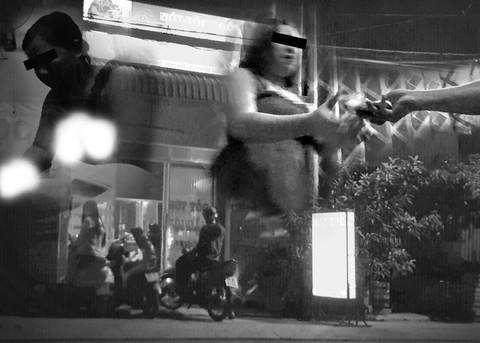 """Hoạt động của các tụ điểm kích dục, mại dâm núp bóng ở quận 2 và quận 9 (TP.HCM) đã tạo ra những """"phố đèn mờ"""", khiến lực lượng chức năng vất vả bấy lâu nay."""