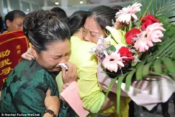 Tìm thấy cha mẹ đẻ sau 30 năm bị bắt cóc