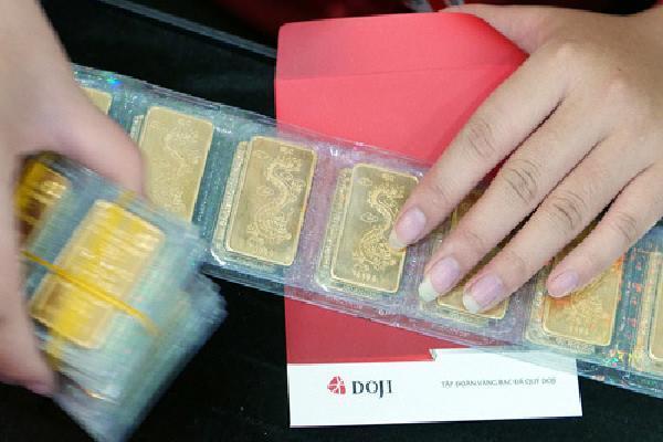 Giá vàng giảm cả trăm nghìn mỗi lượng