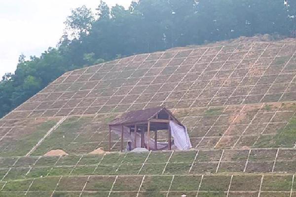 Người dân tự ý dựng nhà 3 gian trên mái đập dâng ở Hà Tĩnh