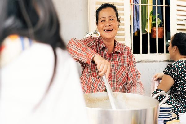 Giữa Sài Gòn phồn hoa có một gánh cháo lòng 'nụ cười' giá chỉ 5.000 đồng