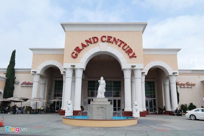 Tượng Trần Hưng Đạo bên ngoài cổng trung tâm mua sắm Grand Century.   Ảnh: Hiếu Trung