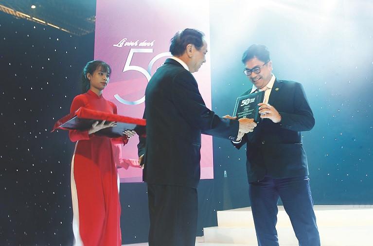 Ông Bùi Xuân Huy - TGĐ Novaland nhận chứng nhận Top 50 công ty kinh doanh hiệu quả nhất Việt Nam và top Doanh nghiệp tỷ đô trên sàn chứng khoán.