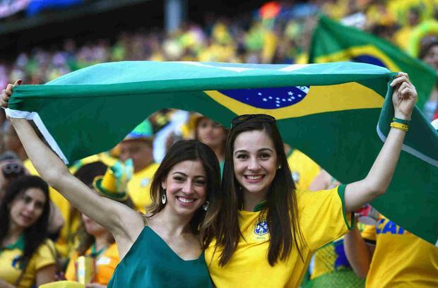 Bạn không thể rời mắt khỏi những cô gái đến từ xứ sở Samba, nơi bóng đá trở thành một phần không thể thiếu trong văn hóa. Brazil cũng là đội bóng duy nhất tham dự tất cả các kỳ World Cup và đã lên ngôi vô địch 5 lần. CĐV Brazil luôn hát hò ở mỗi trận đấu, bấp chấp chiến thắng hay thất bại.