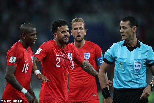 Pha 'gài cùi chỏ' lộ liệu của Kyle Walker suýt khiến tuyển Anh phải trả giá