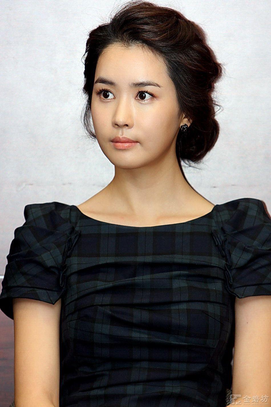 Tuy nhiên khi mới vào nghề, Lee Da Hae đã thay đổi hoàn toàn. Gương mặt của Lee Da Hae được hoàn thiện hơn ở phần mí mắt, cằm và mũi