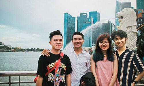 Quân, ngoài cùng bên trái, cùng các bạn trong chuyến đi tới Singapore. Ảnh: NVCC.