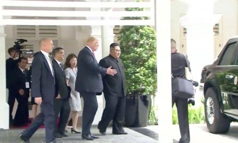 """Bà đi theo để phiên dịch khi ông Trump giới thiệu chiếc """"Quái thú"""" với ông Kim. (Ảnh: Asia One)"""