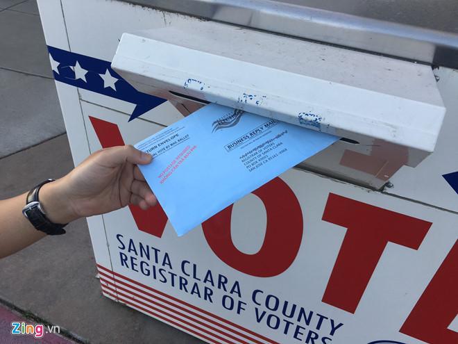 Một cử tri gốc Việt đi bỏ phiếu sớm thay vì chờ tới ngày 8/11/2016