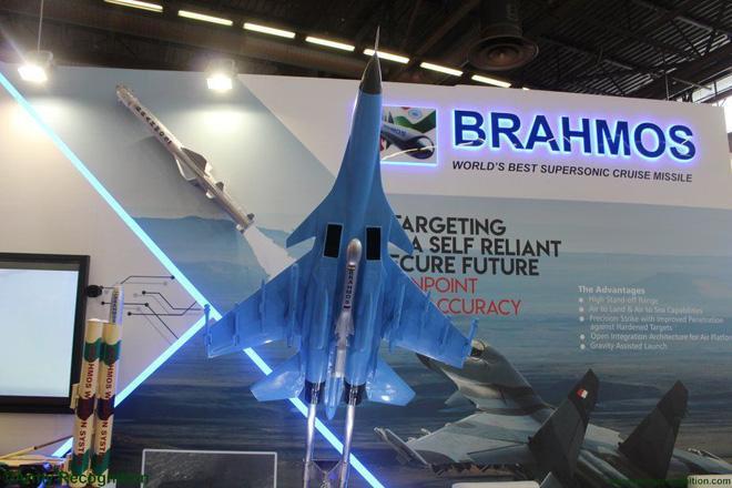 """Có lẽ tại triển lãm Eurosatory 2018, chỉ có tên lửa BrahMos do công ty BrahMos Aerospace (trụ sở tại Ấn Độ) giới thiệu là có sự hiện diện """"ngầm"""" của vũ khí Nga."""